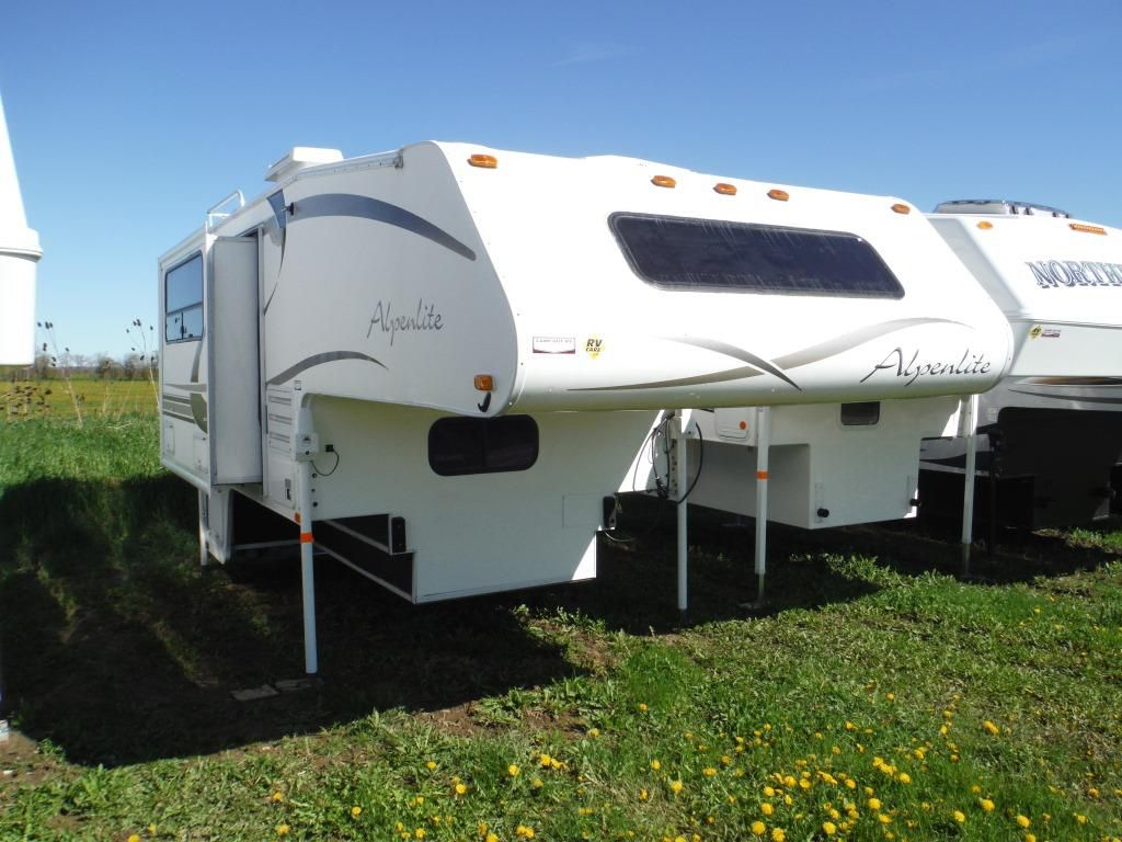 Frontal View of a 2006 ALPENLITE Saratoga, 935