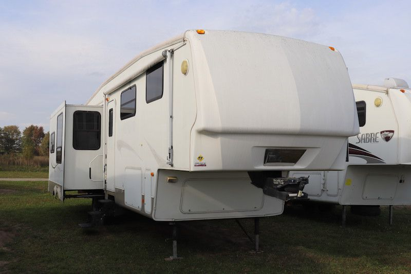 Frontal View of a 2008 MONTANA Mountaineer, 329RLT