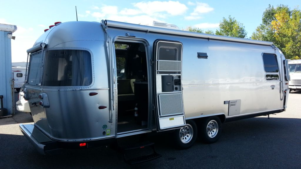 Frontal View of a 2014 AIRSTREAM 27FB, International Onyx