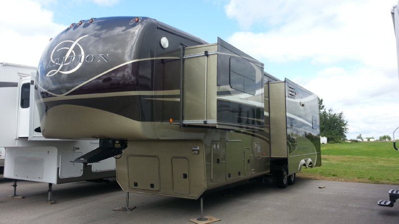 Frontal View of a 2013 DOUBLE TREE 385RSS, Tradition